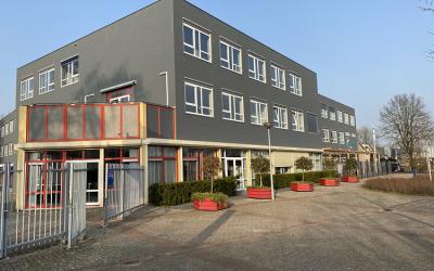 Wethouder Apeldoorn verzorgt de officiële opening van de ICT Academie